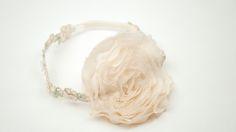 PADOVA: Diadema de pajes con flor de seda, bordada a mano en cinta de flores hecha de encaje con perlas.