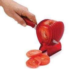Achei um show esta maneira prática e segura para fatiar tomate: seus dedos vão agradecer e a salada vai ficar linda, já que o suporte proporciona fatias iguais…