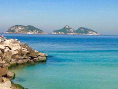 Praia da Barra da Tijuca também tinha mar transparente nesta segunda-feira (Foto: Sérgio Telles/TV Globo)