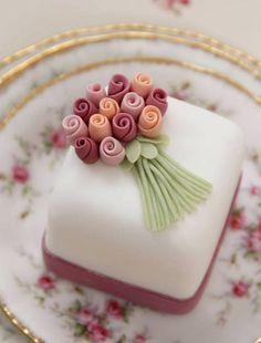Cake fondant wedding petit fours 57 Ideas Pretty Cakes, Cute Cakes, Beautiful Cakes, Amazing Cakes, Fancy Cakes, Mini Cakes, Fondant Cakes, Cupcake Cakes, Petit Cake
