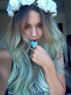 Vanessa Hudgens liebt es zu experimentieren - vor allem wenn es um ihre Haarfarbe geht. Die Schauspielerin hatte ihre blonden Haarspitzen wohl satt und färbte sie kurzerhand blau.Also: Wer sich traut, wagt den Schritt zu blauen Haaren!