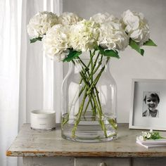 Love that vase (the white company) Large Glass Vase, Clear Glass Vases, The White Company, Vase Centerpieces, Vases Decor, Decorating With Vases, Vase Haut, White Flowers, White Hydrangeas