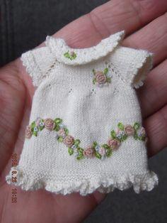 Zelfgebreid jurkje met geborduurde bloemetjes , zelf bedacht!