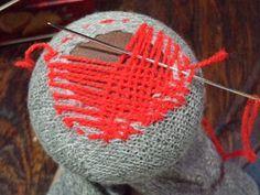 端まで渡し終えたら今度は横向きに、布を織るように糸をすくいながら渡します。この時に穴以外のソックス生地の部分にも、しっかり針を刺してください。途中で少しくらい間違っても、それもまた良い味になるので、気にせず糸をすくって渡していきましょう♪