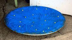 FUGLEBAD: Kursdeltakerne har støpt fuglebad og prøvd seg fram med pigmenter. Formen de støpte i var et rimelig fat.