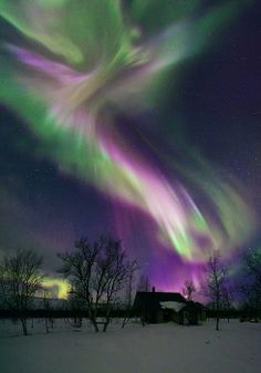 purple aurora borealis looks angelic to me! I want to see the aurora boreal again someday! All Nature, Science And Nature, Amazing Nature, Beautiful Sky, Beautiful World, Beautiful Places, Simply Beautiful, Ciel Nocturne, Lappland