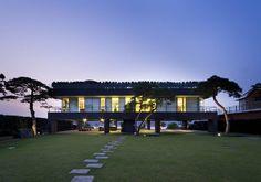 Floating House : 모던스타일 주택 by hyunjoonyoo architects