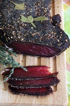 Домашнее вяленое мясо... 1 кг мяса (*) 40 гр. морской соли 30 гр. сахара 4 гр. молотого кофе 10 гр. крупно смолотого черного перца 10 гр. ягод можжевельника, разбить (**) 5-6 лавровых листа
