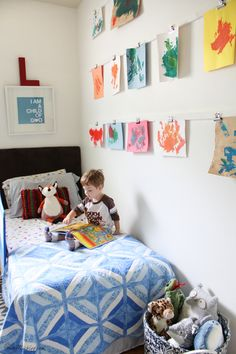 Kid's art wall with clips Big Girl Bedrooms, Girls Bedroom, Shared Boys Rooms, Kids Room Design, Art Wall Kids, Boy Room, Room Art, Room Decor, Family Room
