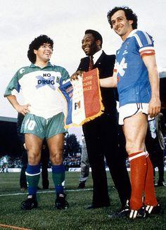"""Maradona, Pelé e Platini se encontraron durante la despedida de Platini de la selección, en un amistoso entre Francia y el """"Resto del Mundo"""" disputado em 23/05/1988. El detalle """"curioso"""" es que Maradona lleva una camiseta que dice """"No Drug"""", o sea, """"No a las drogas""""."""