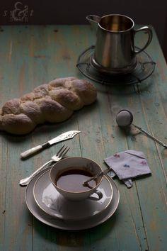 Trenza de Pan de Pascua Croata, by Virginia Martín Orive Dark Food Photography, Tabletop Photography, Pavlova, Cheesecakes, Cupcakes, Low Lights, Light Recipes, Afternoon Tea, Food Styling