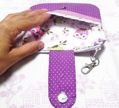 Essa carteira foi um pedido da Drí, que também ama artesanato e costura. Segue o passo à passo para confecção, ela tem um bolsinho na frente com botão de imã, um bolsinho atrás com zíper e fecho su…