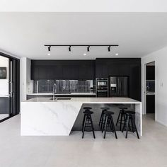 Black & white kitchen with marble countertops 👌 - Kitchen Kitchen Room Design, Luxury Kitchen Design, Home Decor Kitchen, Interior Design Living Room, Kitchen Ideas, Kitchen Inspiration, Patio Kitchen, Coastal Interior, Kitchen Colors