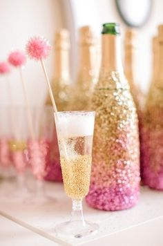 use modge podge or wrap a champagne glass with double-sided tape and roll it around in glitter {add a sparkly pom pom for fun}; plastic champagne flutes decorated for wedding Valentinstag Party, Great Gatsby Party, Do It Yourself Wedding, Champagne Bottles, Champagne Glasses, Gold Champagne, Wine Bottles, Champagne Party, Cheap Champagne