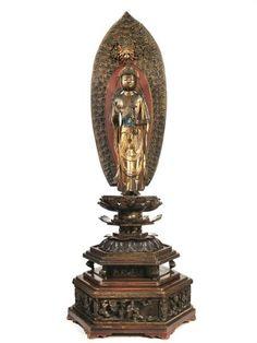 SCULTURA, GIAPPONE, SEC. XIX in legno laccato e dorato di buddha stante in piedi su base a forma di fior di loto, base esagonale con personaggi finemente intagliati, alt. cm 228 A SCULPTURE, JAPAN, 19TH CENTURY