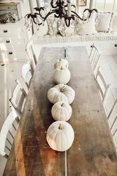 In a farmhouse design, the side table seems to have important roles that are unreplaceable. The farmhouse side table is Fall Home Decor, Autumn Home, Diy Home Decor, Rustic Fall Decor, Cute Dorm Rooms, Cool Rooms, Konmari, Halloween Outdoor Decoration, White Pumpkins