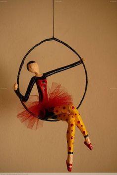 Bildergebnis für muñecos con alambre y papel Paper Mache Crafts, Wire Crafts, Paper Mache Sculpture, Sculpture Art, Arte Linear, Circus Art, Deco Originale, Paperclay, Fairy Dolls