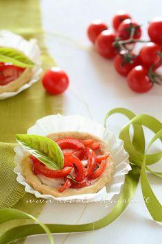 Tartellette salate con pomodorini - Ricetta Tartellette salate con pomodorini Appetizer Recipes, Snack Recipes, Appetizers, Caprese Salad, Tacos, Homemade, Vegan, Ethnic Recipes, Finger Food