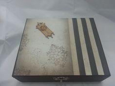 Caixa para relógio forrado com veludo por dentro e decorado com decoupage e pintura do lado de fora. Cor do forro sujeito a disponibidade;  Caixa para 12 relógios