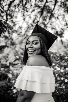 College Graduation Pictures, Graduation Picture Poses, Graduation Photoshoot, Grad Pics, Grad Pictures, Senior Pictures, Black Girl Magic, Black Girls, Girl Photos