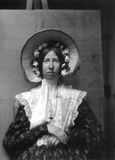 (Autoportraits de photographes | La boite verte -Repinned by Los Angeles portrait photographer http://LinneaLenkus.com