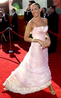 Us takes a look at the best red carpet gowns from the Emmy Awards as seen on Sarah Jessica Parker and more — see them in Red Carpet Daily Red Carpet Fashion, Pink Fashion, Celebrity Red Carpet, Celebrity Style, Chanel Wedding Dress, Sarah Jessica Parker Lovely, Carrie Bradshaw Style, Dior, Paris Chic