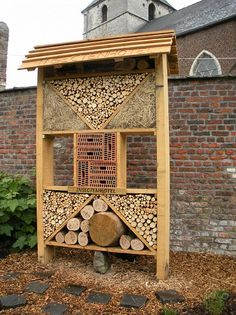 for some reason, I really love these! pastorietuin Roosbeek ins Garden Insects, Garden Bugs, Carpenter Bee Trap, Bug Hotel, Mason Bees, Bee House, Outdoor Garden Furniture, Garden Projects, Bird Houses
