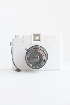 White Camera travel Carlyle Tote with colorblocking The Travel Essentials Packing List - Travel Fashion Girl Cute Camera, Neutral, Camera Obscura, Packing List For Travel, White Texture, Shades Of White, Vintage Cameras, Photography Camera, Models
