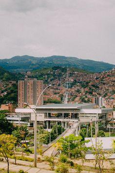 https://flic.kr/p/xyzoWr | Comuna 13: Atrévete a ir más allá de los grafitis | En la semana de la juventud, evento organizado por la Alcaldía de Medellín, acompañamos al tour gratuito en la Comuna 13 para redescubrir a Medellín desde el punto de vista de los jóvenes. Allí visitamos el Parque Biblioteca San Javier donde nos recibieron los jóvenes del proyecto Ícaro y nos contaron sus intereses, expectativas e iniciativas.  Fotografía: David Castaño