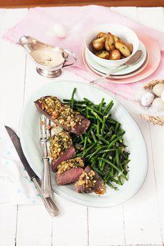Lammlachse, die zarten Filets aus dem Lammrücken, sind richtig zubereitet ein Hochgenuss. Mit dem Rezept von EDEKA erhält das Fleisch eine leckere Kruste.