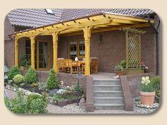 Stein-Terrasse mit Holzüberdachtung.