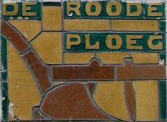 Gevelsteentje De Roode Ploeg in de Hoogstraat, ontwerp Piet Klaarhamer (leermeester van Gerrit Rietveld)