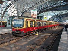 481 039 in der Bahnhofshalle vom Berliner Hbf am 05.Oktober 2014.