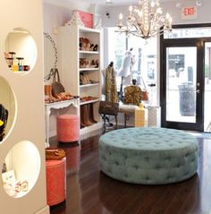 The store's classy and quaint layout is in the shape of a dreamy walk-in closet. Boho Boutique, Boutique Interior, Boutique Design, Boutique Clothing, Boutique Ideas, Changing Room, Shop House Plans, Coffee Design, Layout Design