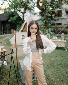 Instagram Pose, Ulzzang Fashion, Aesthetic Girl, Chic Outfits, Celebrity Style, Street Style, Poses, Celebrities, Fashion Design