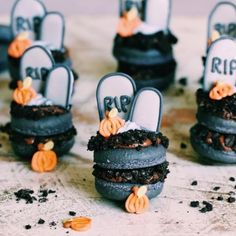 Halloween is right around the corner celebrating with these cute graveyard macs. Tag a bff who would love to make these for Halloween x