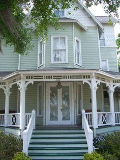 Bradlee-McIntyre House in Seminole County, Florida. Victorian Homes Exterior, Craftsman Exterior, House Paint Exterior, Exterior House Colors, Exterior Design, Dulux Exterior Paint Colours, Paint Colors, Victorian Cottage, Folk Victorian