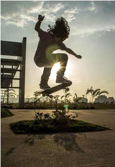 """Que skatista nunca pensou em fazer uma manobra e gravá-la? Quantos tombos e skates já não foram derrubados para filmar um flip ou 360?! Pensando nisso, a ONG Skate em Frames desenvolveu um projeto audiovisual direcionado a jovens da comunidade Brasilândia/Freguesia do Ó que tem como objetivo ensinar a arte da filmagem de esportes de...<br /><a class=""""more-link"""" href=""""https://catracalivre.com.br/geral/agenda/indicacao/skate-em-frames-luzes-camera-e-boa-acao/"""">Continue lendo »</a>"""