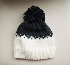 Hand stricken Fair-Isle-Mütze aus Wolle mit Acryl-Mischung Garn. Hier wird gezeigt, in grau und weiß Kombination, aber wenn Sie andere Farben interessiert sind, kontaktieren Sie mich jederzeit. Größe: Eine Größe passt den meisten Erwachsene und Jugendliche, bis zu 60 cm/23 Zoll hatte