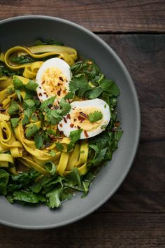 A delicious noodle bowl with homemade curry broth, spinach, and topped with you favorite type of egg. A warming bowl for winter. Vegetarian Pasta Recipes, Spinach Recipes, Soup Recipes, Salad Recipes, Healthy Recipes, Weeknight Recipes, Korma, Biryani, Spinach Noodles