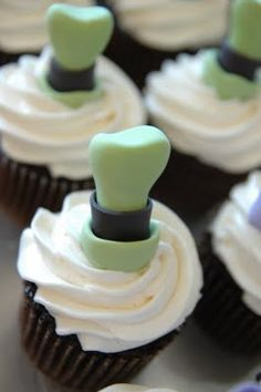 Goofy cupcake...I've gotta have these cupcakes for my next birthday!! They are just perfect!!