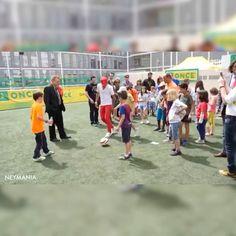 """""""Neymar visita Fundação Once, que ajuda crianças deficientes físicas em Barcelona."""""""