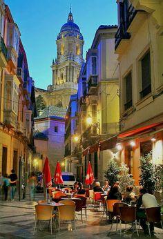 Espanha. Rua estreita em Málaga.
