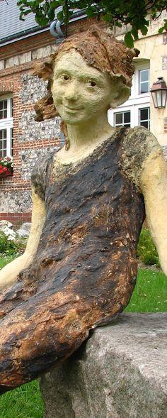 """Jurga Martin : Sculpture """"Lilou"""",exposée dans le jardin du presbitère à Uzerche"""