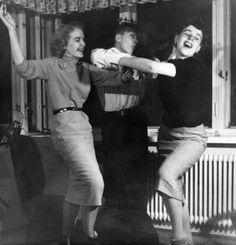 Tanssia kotihipoissa vuonna 1954. Kuva: Helsingin kaupunginmuseo Helsinki, Finland, Vintage Photos, Dancing, Nostalgia, History, Retro, Couple Photos, Beautiful