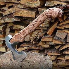 Making an axe handle is an old skill from long before you could purchase a pre-finished handle from the hardware store. Back then, the axe head was handmade and so was the handle. Today axe is just… Cool Knives, Knives And Swords, Vikings, Viking Axe, Viking Sword, Fantasy Weapons, Custom Knives, Survival Knife, Survival Gear
