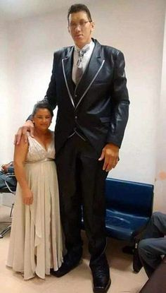 Joelison Fernandes da Silva has been described as Brazil's 'gentle giant' and his wife, Evem Medeiros is only 5 feet tall which makes them one of the most mismatched couples in history. Giant People, Tall People, Short People, Human Giant, Nephilim Giants, Human Oddities, Tall Guys, Big Guys, Tall Women
