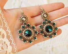 "Perlen Ohrringe ""Smaragd"" mit Swarovski-Kristallen und Perlen Perlenarbeiten Ohrringe Beadwoven Ohrringe Perlen Ohrringe Perlen gewebt Ohrringe weben"