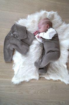 Denne sparkebuksen er 60-talls inspirert. Tettsittende passform var typisk for disse årene og at barna ble kledd i sparkebukser og lekedrakter til de var året gamle og vel så det. Selges som et sett. Oppskrift på både bukse og jakke.   Størrelse 0-3(6-9) mnd. Strikket i Mini Duett fra SandnesGarn 200(200) gram. Strikkefasthet 27 … Other Outfits, Baby Knitting Patterns, Christening, Knit Crochet, Children, Barn, Sweaters, Stuff To Buy, Projects
