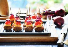 Mini barbecue burger falatok recept - Okoskonyha.hu Barbecue Burgers, Mini Cupcakes, Desserts, Food, Tailgate Desserts, Deserts, Essen, Postres, Meals
